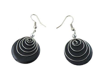 Ohrringe Eliana aus gefärbter Muschel mit Metallspirale #1 schwarz