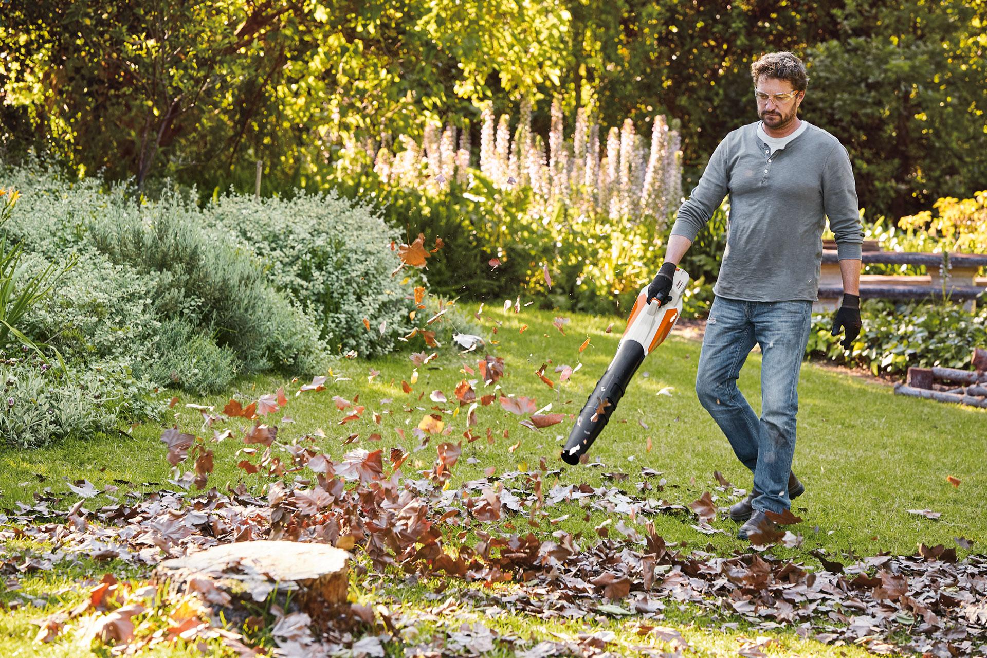 Es wird Herbst- praktische Akkulaubbläser im Shop