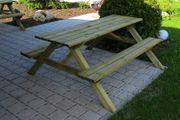 Picknicktisch mit Bänken aus Holz