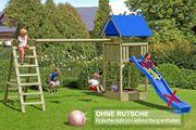 Spielturm mit Doppelschaukel und Kletterleiter aus Kantholz