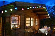 Lichterkette an Gartenhaus