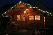 Haus mit Weihnachtsgirlande