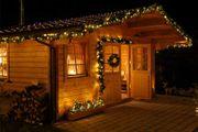 Deko-Girlande mit LED beleuchtet an Gartenhütte