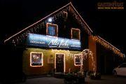 Haus mit LED-Eisregen für Weihnachten beleuchtet