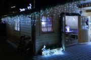 Rentier beleuchtet kaltweiß auf Dach