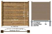 Holzwand mit zwei Zaunpfosten