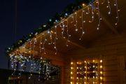 Gartenhaus mit Eisregen-Lichterkette
