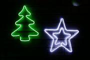 Stern und Tanne als beleuchtete Figuren zum Aufhängen aussen