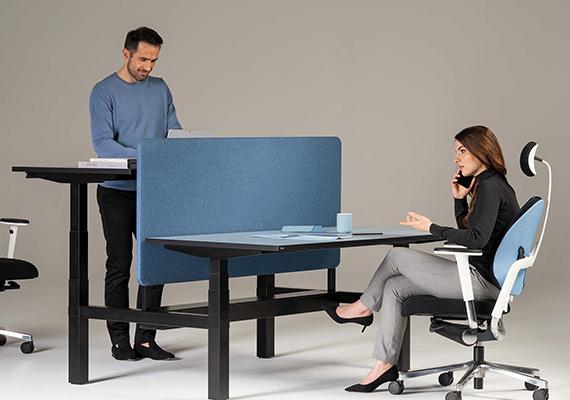 Höhenverstellbare Tische mit einer Freu und einem Mann