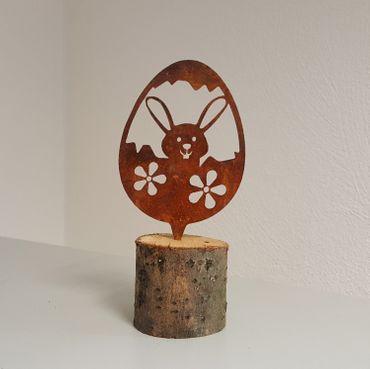 Edelrost Osterei mit Hase in einer Blumenwiese als Gartenstecker mit Dorn – Bild 1