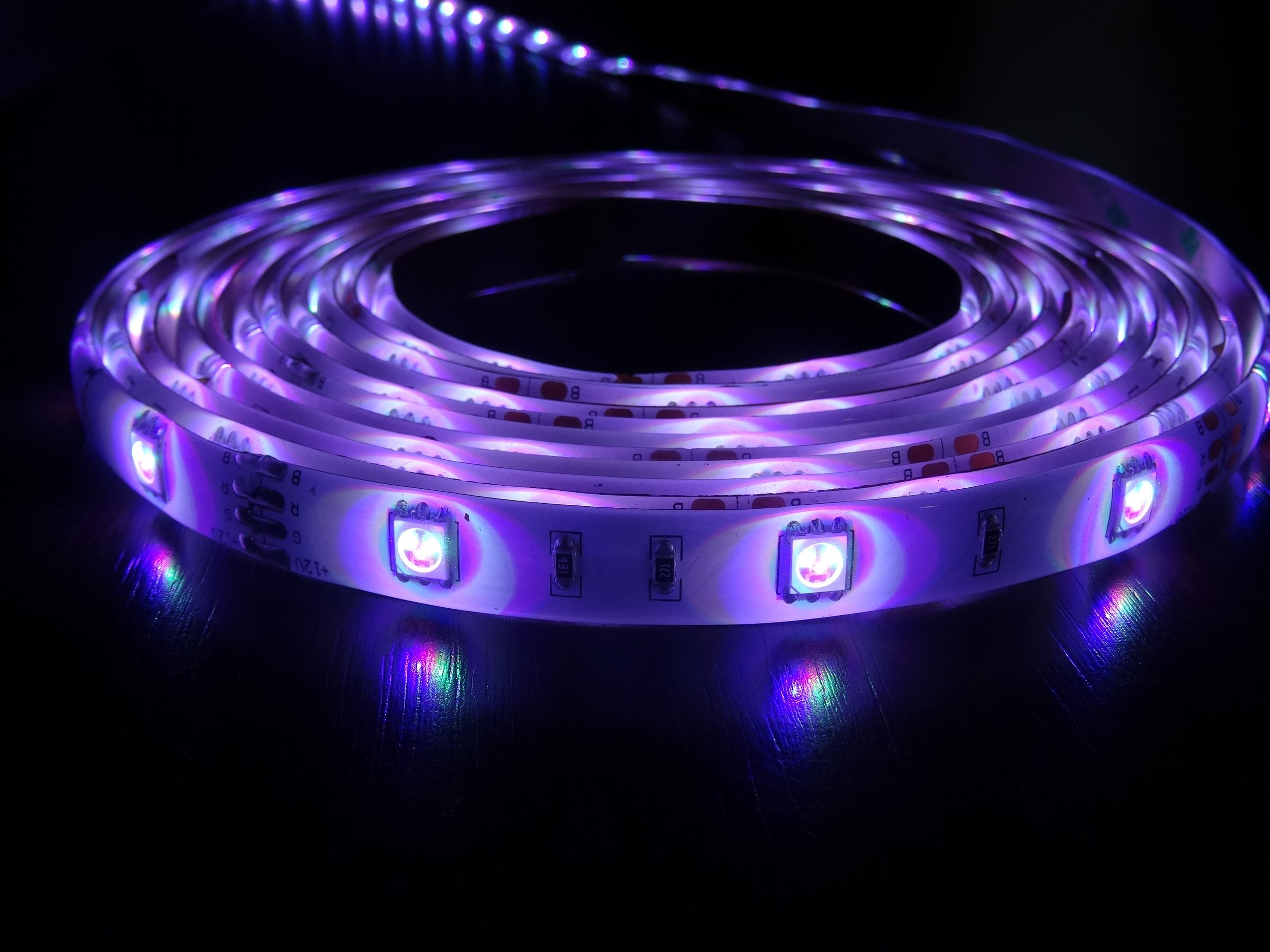 rgb led streifen fernbedienung leucht streifen 12v 2a 150 led 24 farben ip 20 wohnen und. Black Bedroom Furniture Sets. Home Design Ideas