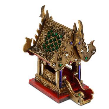 Geisterhaus Schrein der Erdgeister SanPhra Phum Geisterhäuschen Naturgeister Thailand ca. 23,5 cm Gold Rot mit Grünen Spiegelsteinen 001