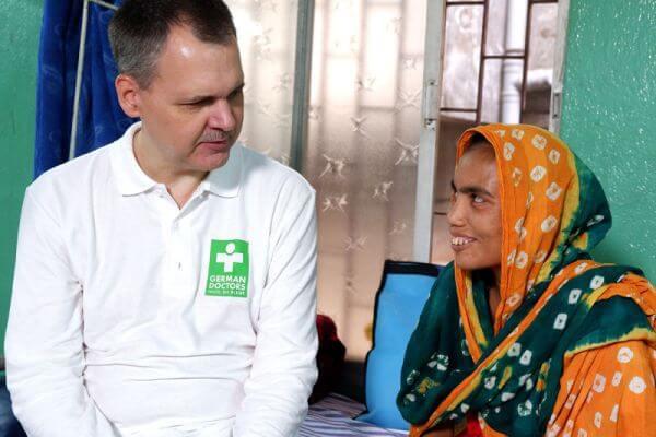 Ein Doktor und eine Patientin von German Doctors