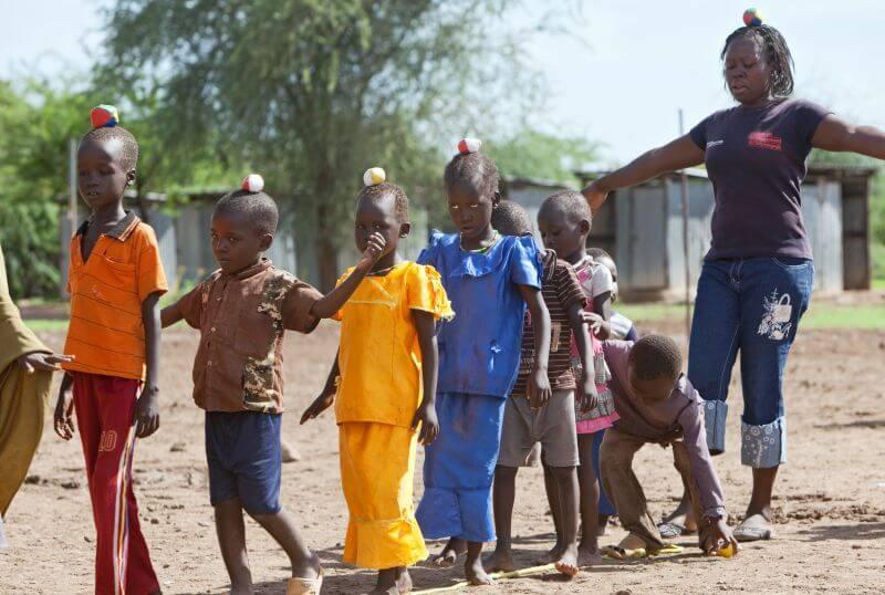 Pädagogin mit Kindern