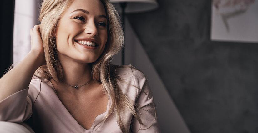 W.SCHILLIG - Eine lachende Frau sitzend auf ein W.SCHILLIG Sofa