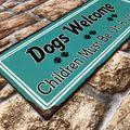 Blechschild - Dogs Welcome - Children Must Be On A Leash! - Vintage Wandschild – Bild 2