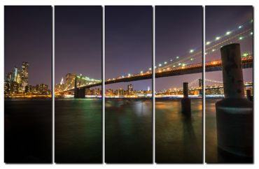 Leuchtende Brooklyn Bridge bei Nacht