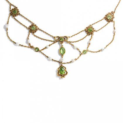 Frühlingshafte Kaskaden - Wunderbares Peridot- und Perlen-Collier aus den USA, um 1910. Photo © 2019 Hofer Antikschmuck Berlin
