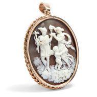 Stärkung für Hermes - Goldgefasster Anhänger mit Muschelgemme des Hermes und der Hebe, um 1870. Photo © 2018 Hofer Antikschmuck Berlin