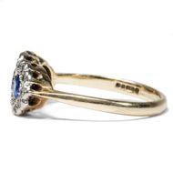Trilogie der ewigen Treue - Saphire & Diamanten in vintage Ring aus Gold & Weißgold, London 1995. Photo © 2018 Hofer Antikschmuck Berlin