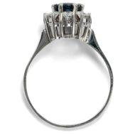 Pomp and Circumstance - Erstklassiger vintage Ring mit Saphir & Diamanten in Weißgold, um 1970. Photo © 2019 Hofer Antikschmuck Berlin