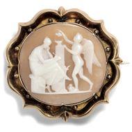 Die Muse der Liebesdichtung - Antike Muschelgemme mit Erato & Eros in Goldfassung, um1860. Photo © 2018 Hofer Antikschmuck Berlin