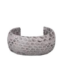 Foto: MAGNA Armreif in Python Pure Grey 3 cm, Das Armband MAGNA aus Python ist ideal für jeden Anlass! Sieht einfach rockig aus bei Jungs und Mädels. Ein Unikat, das man nicht übersieht.