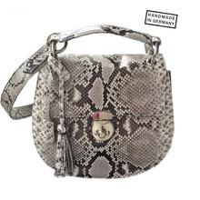 Foto: EMILIA Python Sonderanfertigung, Die goldene Schließe, der Kettenriemen und natürlich die halbrunde Form, die an eine Satteltasche erinnert. Saddle Bags - Satteltasche – so heißt die Taschenform – der heißeste Taschen-Trend.