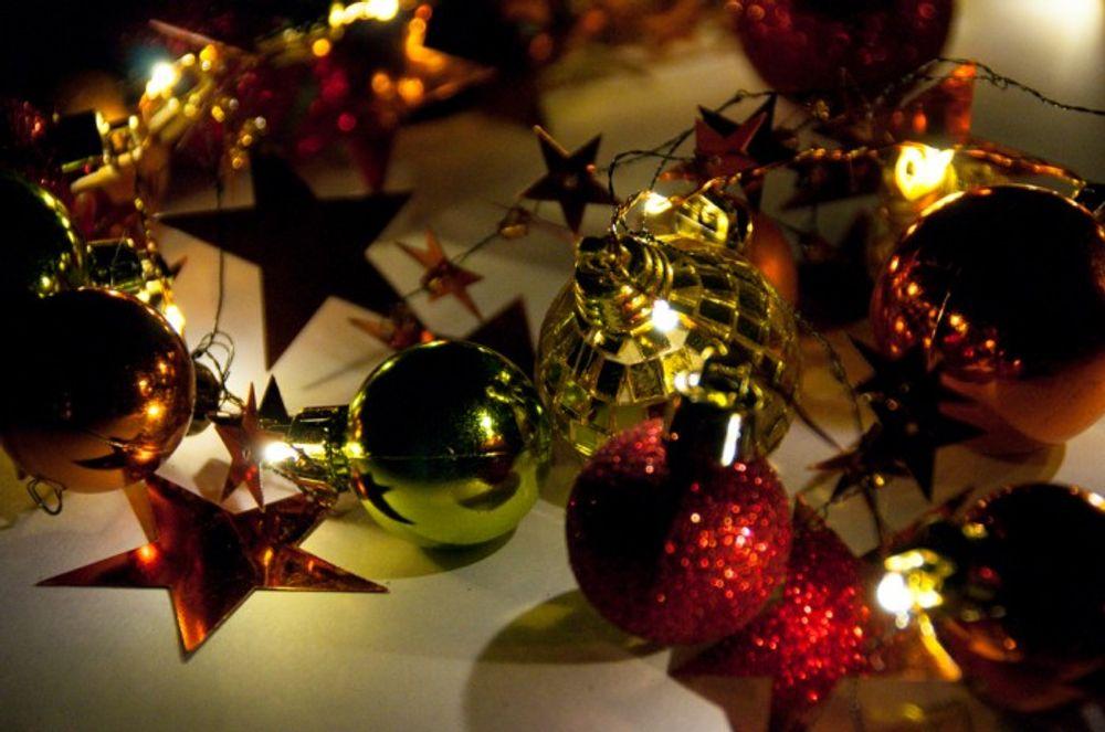 LED Weihnachtsgirlande mit Sternen und Kugeln verschiedene Farben – Bild 3