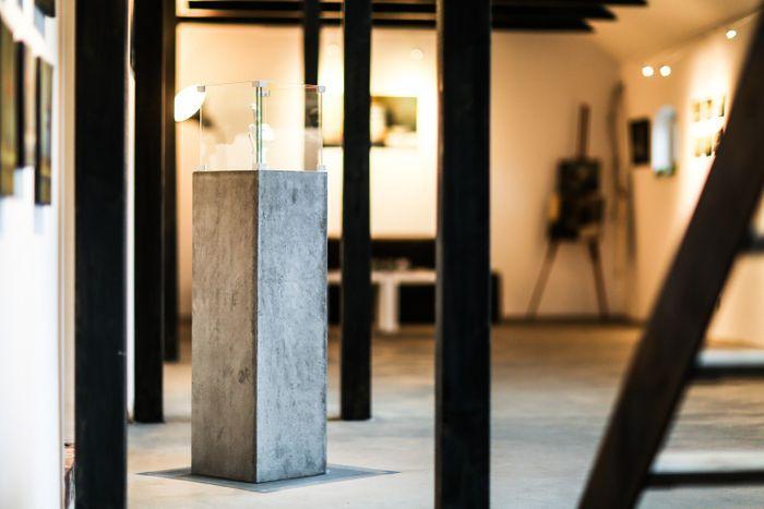 Innovativer Dekoständer, Kerzenständer aus Faserbeton mit Glasquader, frostfest, Höhe 125 cm – Bild 4