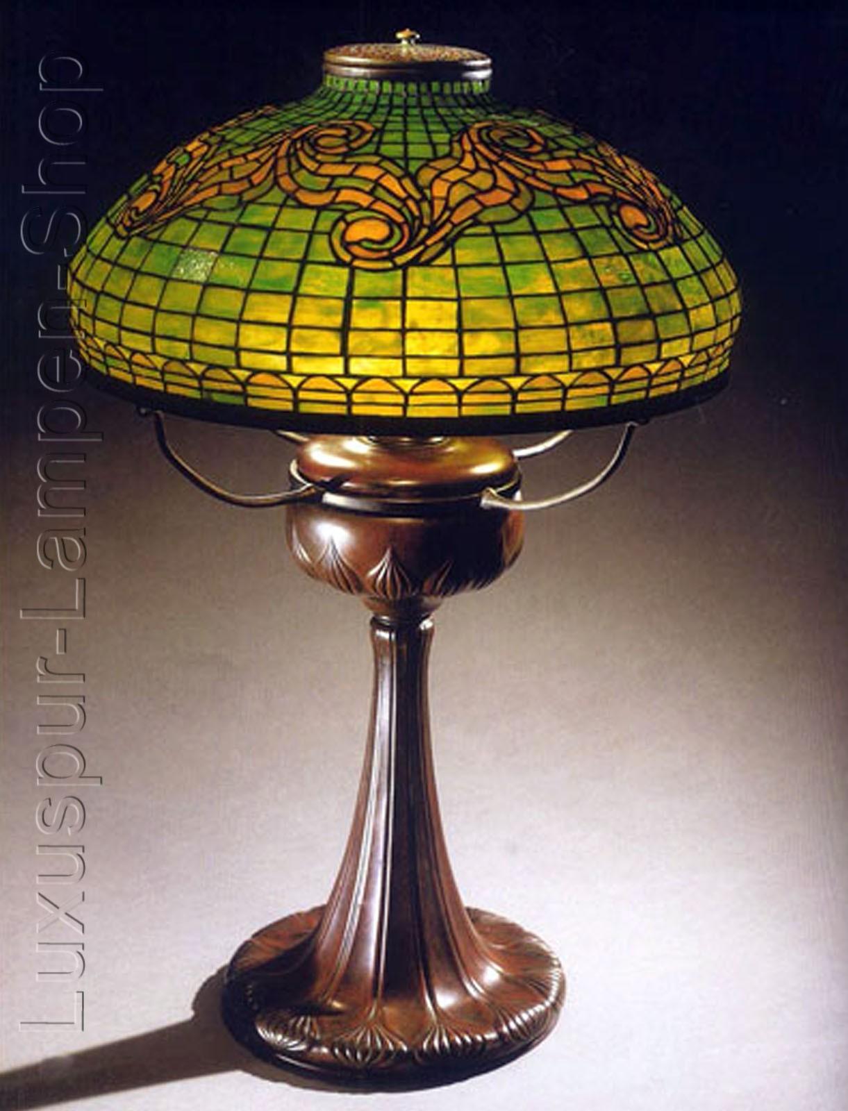 tischlampe replikat einer tiffany lampe im design dragon mit braunem lampenfu aus bronze in. Black Bedroom Furniture Sets. Home Design Ideas
