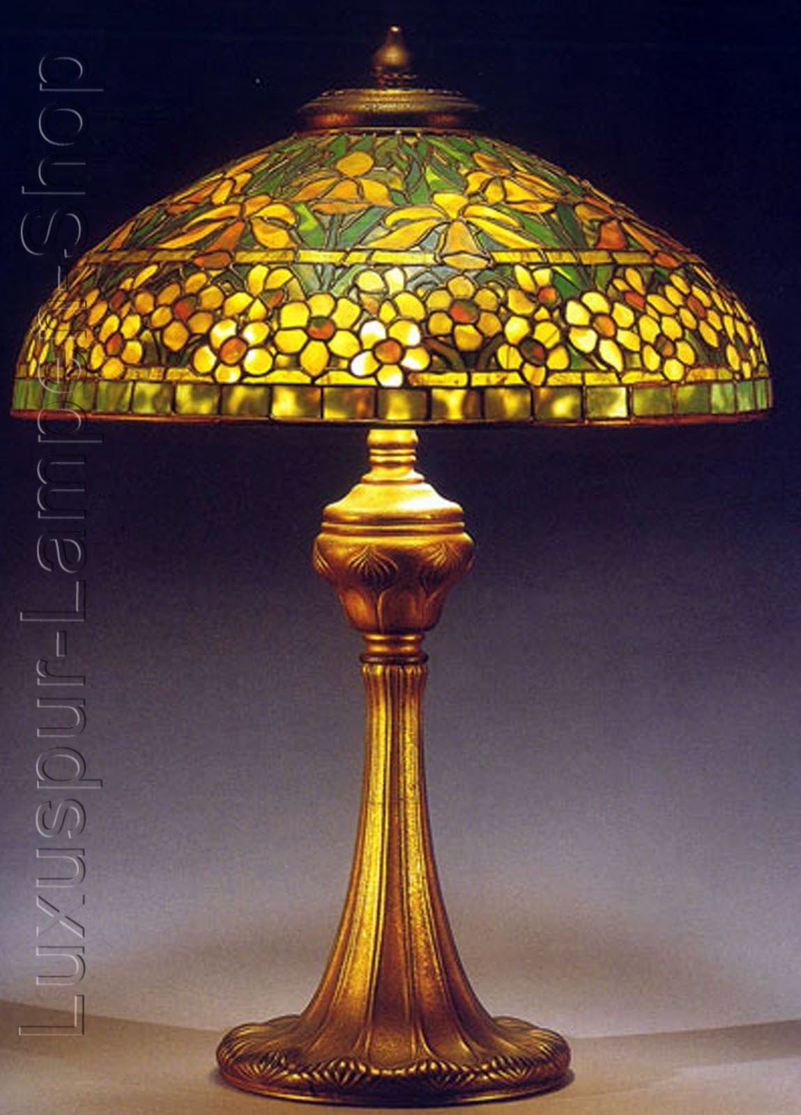 tischlampe replikat einer tiffany lampe im design goldrose mit rundem lampenfu aus bronze. Black Bedroom Furniture Sets. Home Design Ideas
