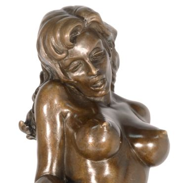 Erotic women in act of toilet scene in bronze statue on marble base – image 2