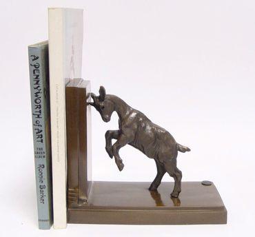 Bücherständer Zicklein Bronze Statue springendes Zicklein hält Bücher