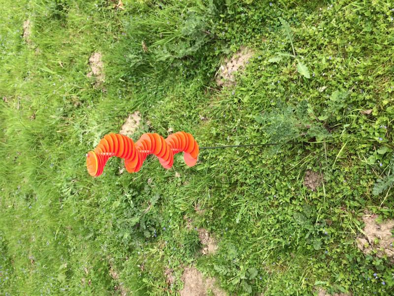 rote Spirale HENRY mit 60 Scheiben montiert 1m Stab  – Bild 4