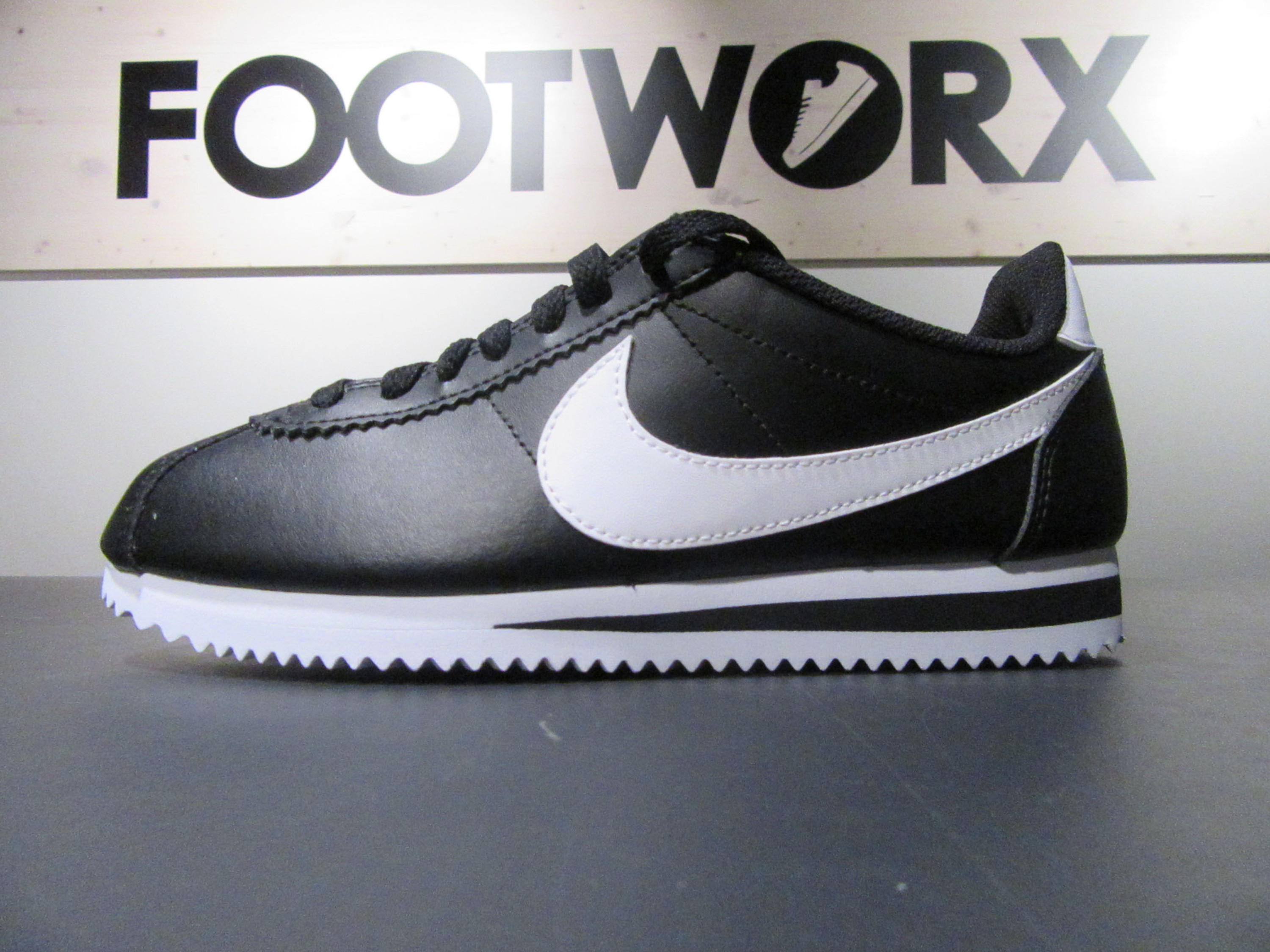sale retailer bccfe 423bf Nike Classic Cortez Leather RetroVintage Sneakers in schwarzweiss für  Damen