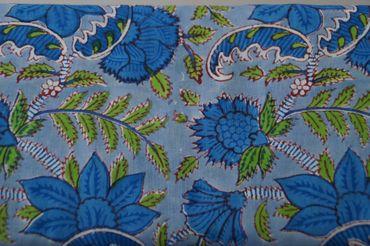 "Handbedruckter indischer Mulmal ""Blue Flower I"" white printed green/blue – Bild 1"