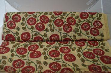 "Handbedruckter indischer Mulmal ""Red Flower"" yellow printed red mauve/green – Bild 2"