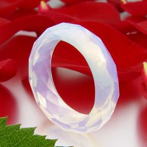 Ring-aus-Opalit-facettiert