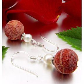 Ohrringe-aus-Schaumkoralle-und-Perlen-und-Silber