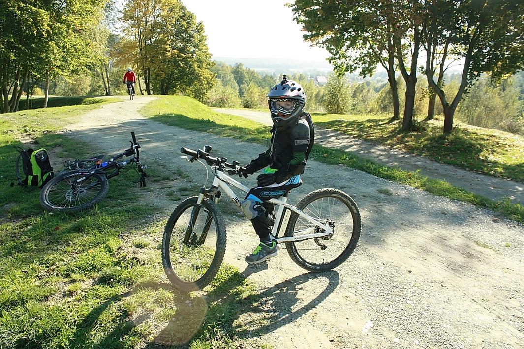Ben auf dem E-Bike in einem Bikepark