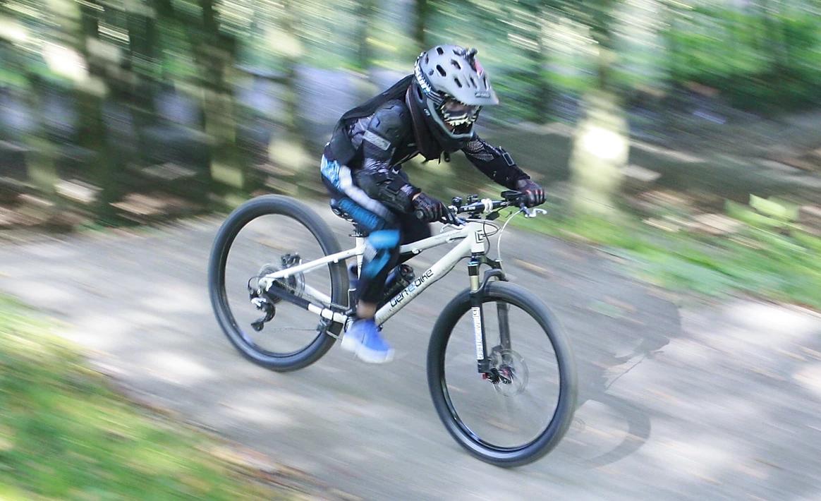 Ben auf einem E-Bike. Hier sieht man wie schnell er fährt