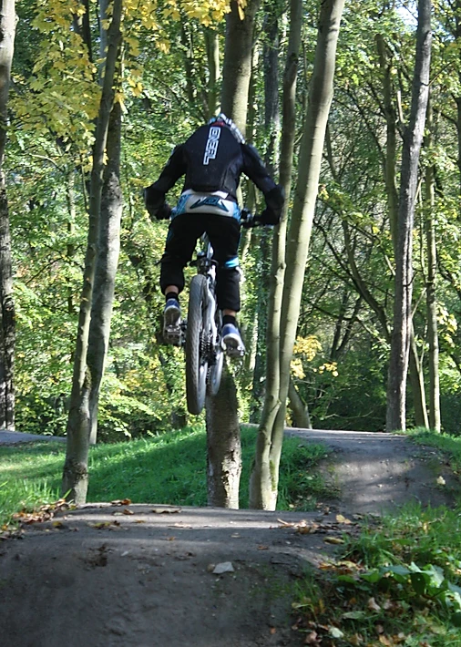 Ben auf dem E-Bike mitten im Sprung