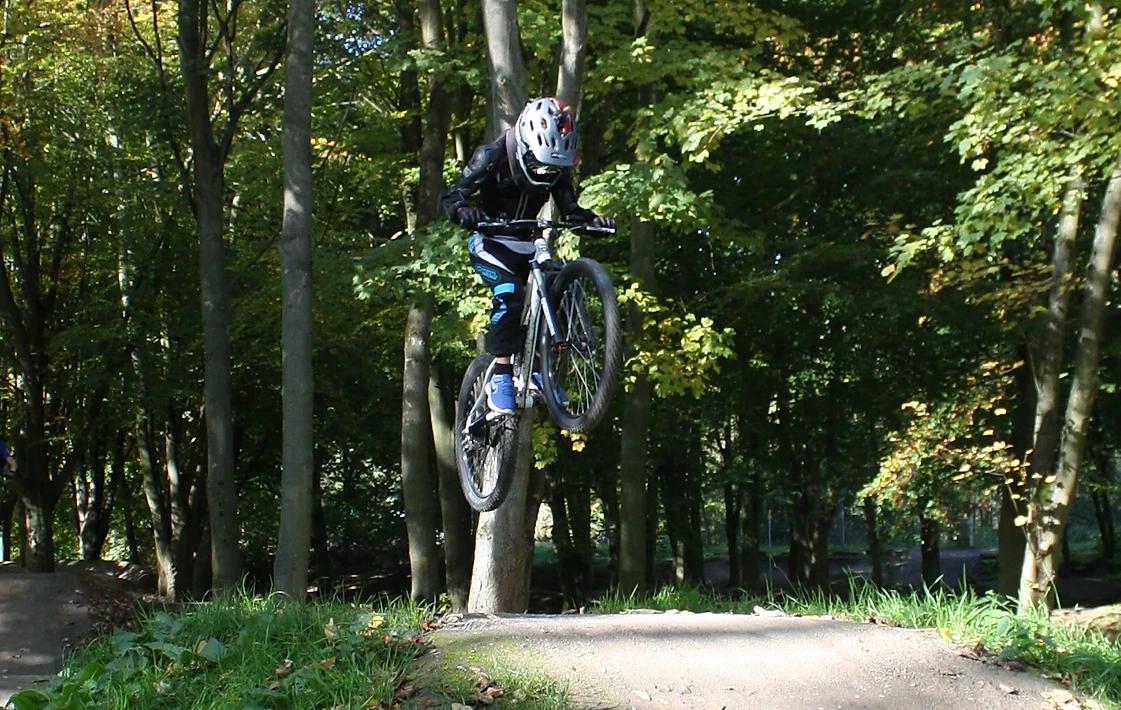Ben auf dem E-Bikes mit in einem Sprung