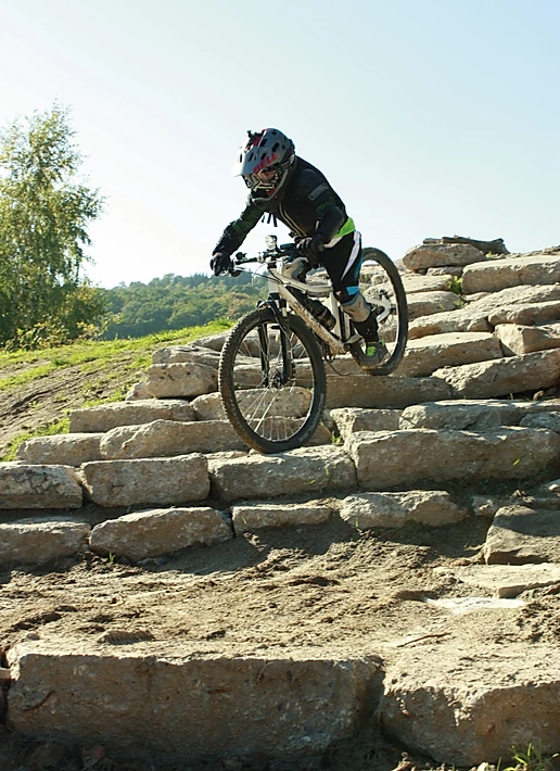 Ben auf dem E-Bike auf steinigem Terrain