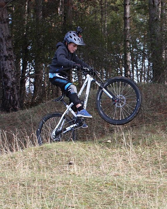 Ben macht ein Wheelie mit dem E-Bike