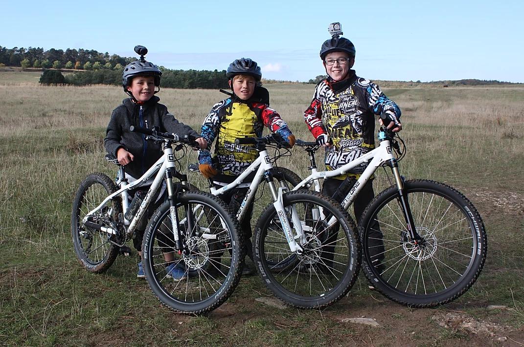 Drei Kinder mit E-Bikes im Freien