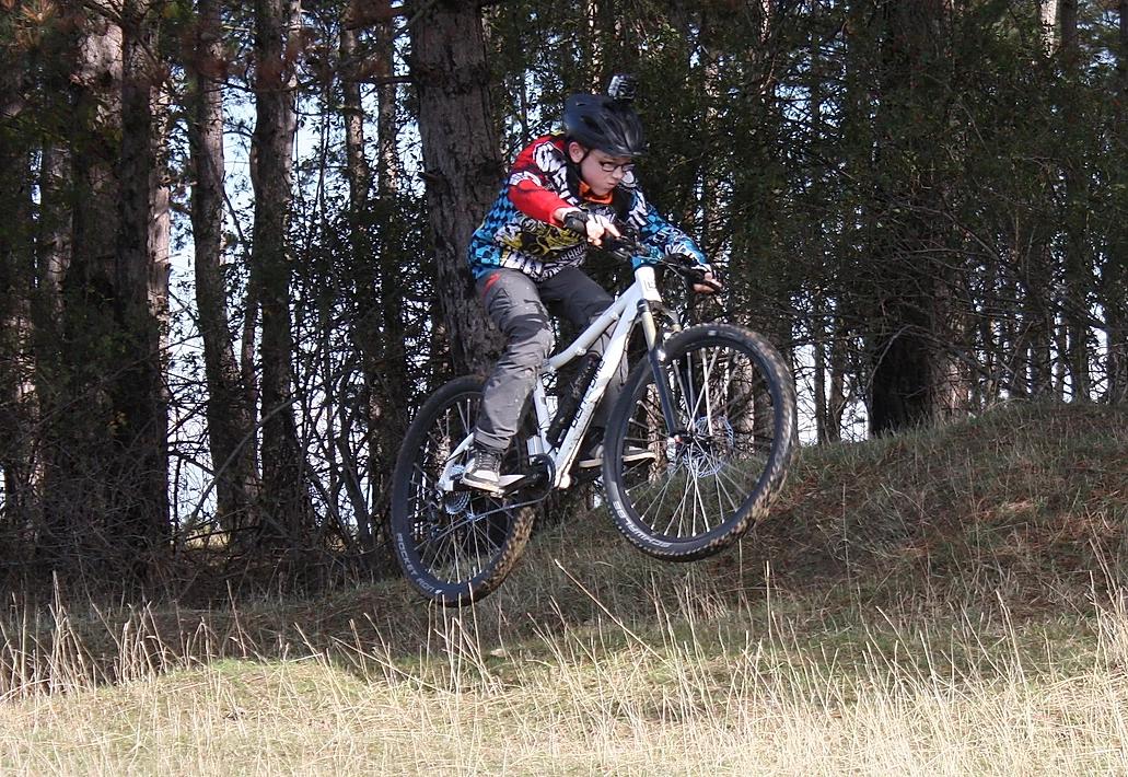 Elias auf dem E-Bike mitten in einem Sprung