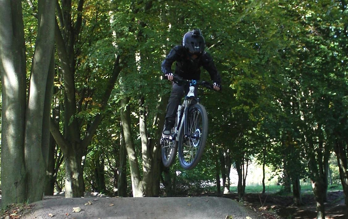Elias auf dem E-Bikes mitten im Sprung