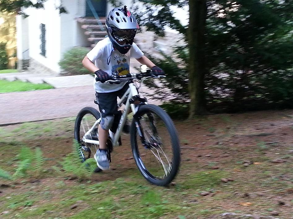 Ein Kind testet einen Prototypen eines E-Bikes